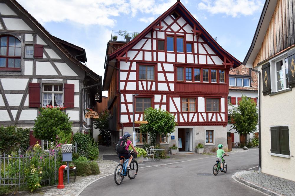 Familienfreundliche Fahrradtour Thurgau Bodensee Fahrt vorbei an den Riegelhäusern von Gottlieben
