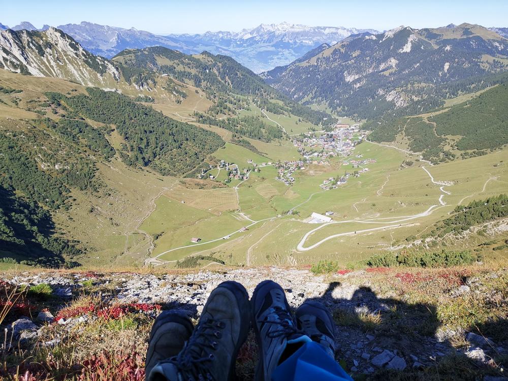 Wanderung Liechtenstein Fürstin-Gina-Weg Pfälzerhütte die Wanderer blicken hinunter nach Malbun