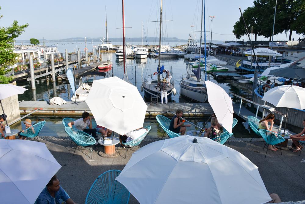 Reisetipps Neuchatel Neuenburg Schweiz Bars am Hafen von Neuchatel