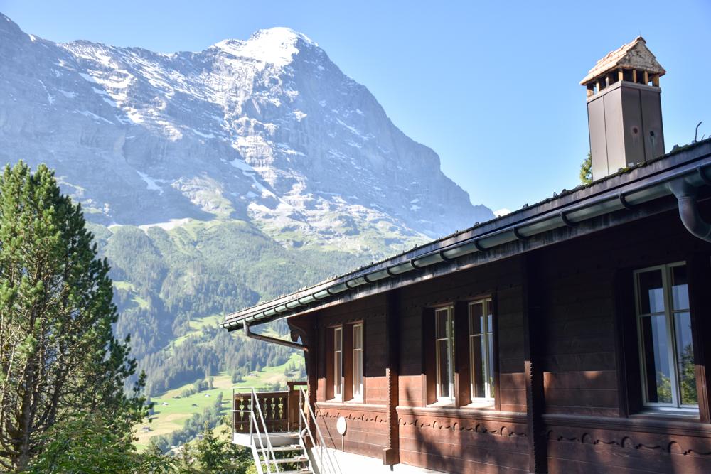Unterkunft Berner Oberland Schweiz Bienenkorb Jugendherberge Grindelwald Blick vom Hauptgebäude auf den Eiger