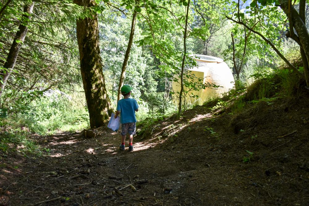 Unterkunft Berner Oberland Schweiz Bienenkorb Jugendherberge Grindelwald Weg durch den Wald zur Unterkunft