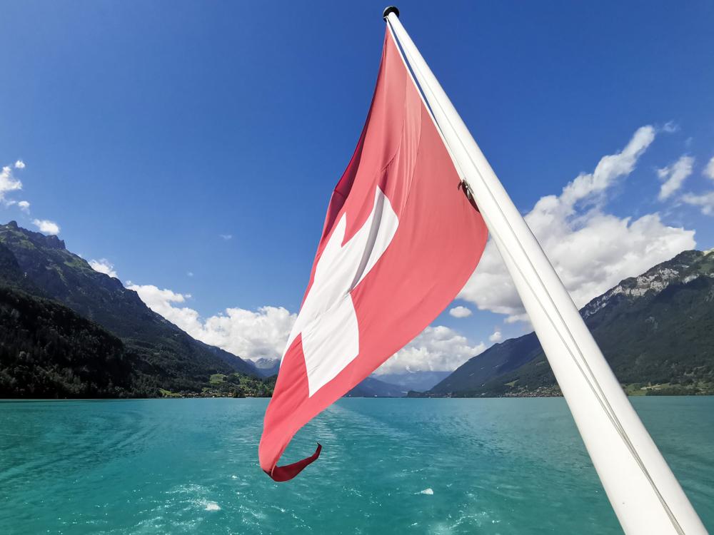 Ausflugstipp Giessbachfälle Brienzersee Interlaken Schweiz Schweizer Flagge auf dem Dampfschiff