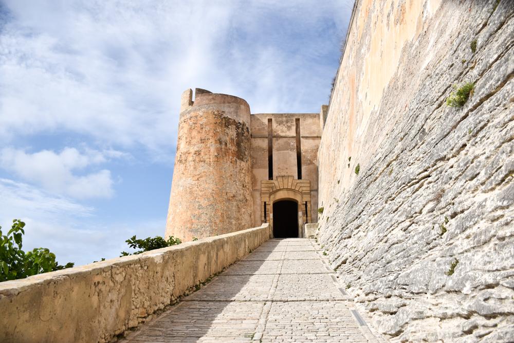 Camping Rundreise Korsika Eingang zur Festung von Bonifacio