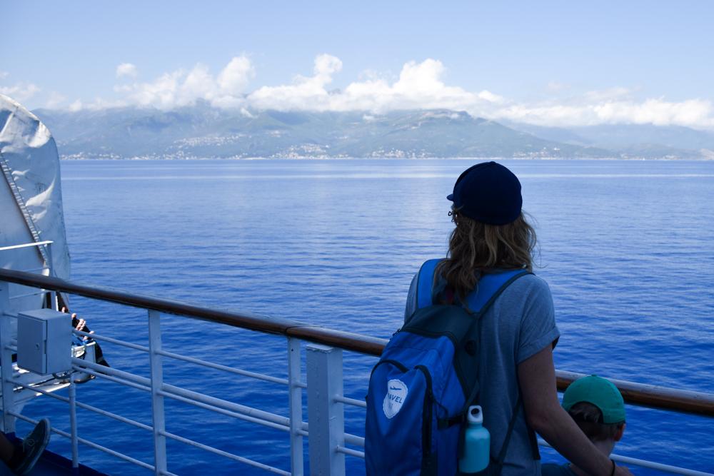 Camping Rundreise Korsika Travel Sisi Esther Mattle mit Familie auf der Fähre nach Korsika