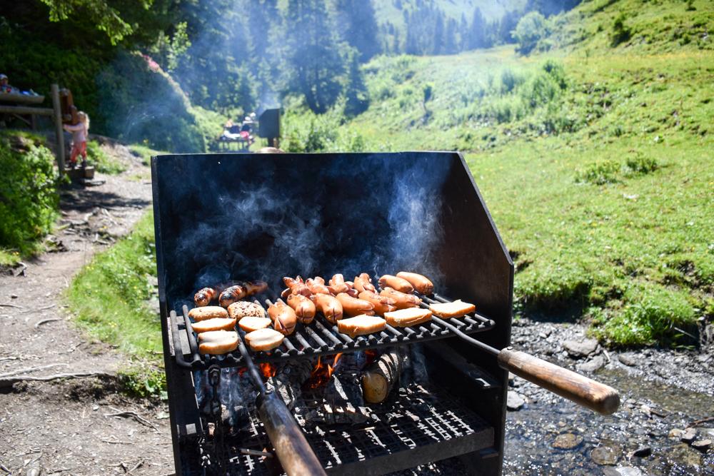 Familienausflug Lieselotteweg Männlichen Grindelwald Berner Oberland Schweiz Grillstelle beim Picknickplatz