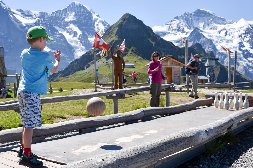Familienausflug Lieselotteweg Männlichen Grindelwald Berner Oberland Schweiz Kegelbahn Sennenspielplatz