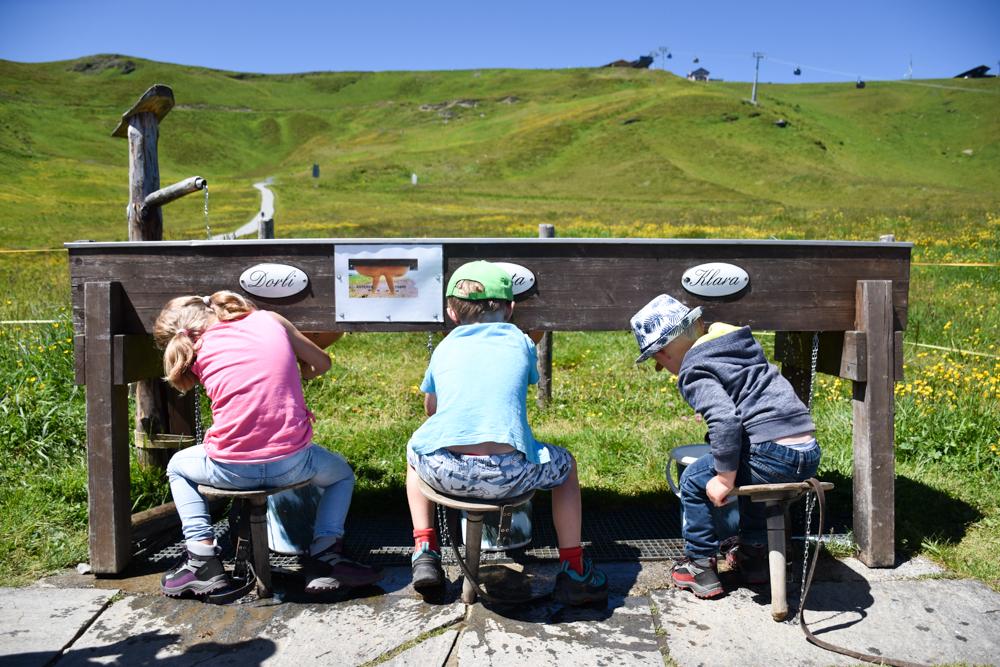 Familienausflug Lieselotteweg Männlichen Grindelwald Berner Oberland Schweiz Melkstation
