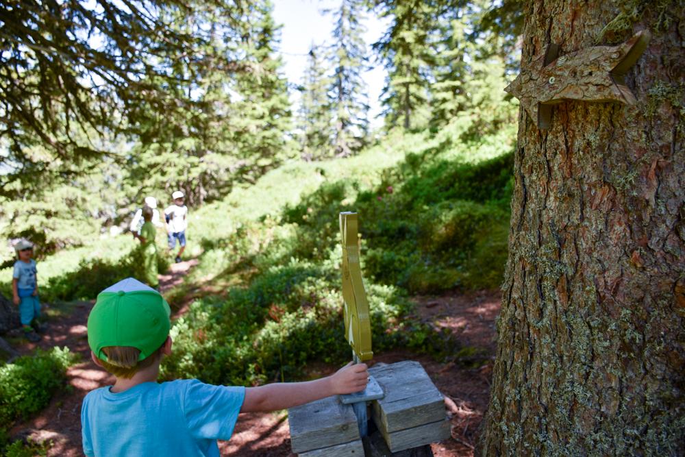 Familienausflug Lieselotteweg Männlichen Grindelwald Berner Oberland Schweiz Schatzsuhe beim Picknickplatz