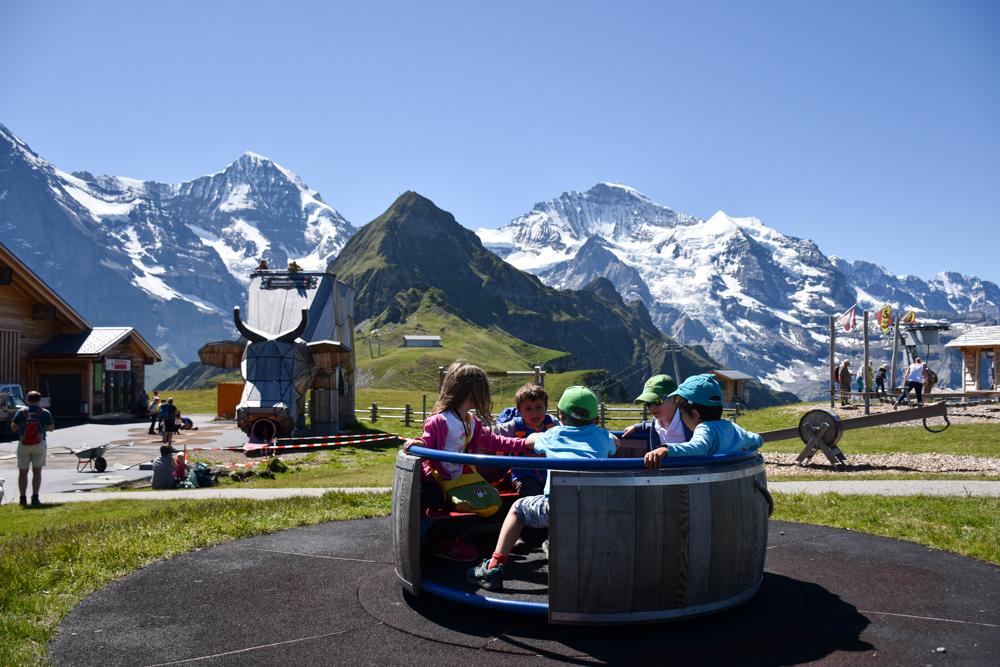 Familienausflug Lieselotteweg Männlichen Grindelwald Berner Oberland Schweiz Spiel und Spass auf dem Sennenspielplatz