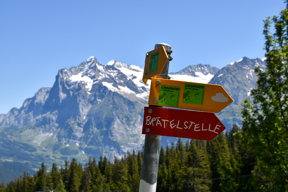 Familienausflug Lieselotteweg Männlichen Grindelwald Berner Oberland Schweiz Wegweiser Brätelstelle