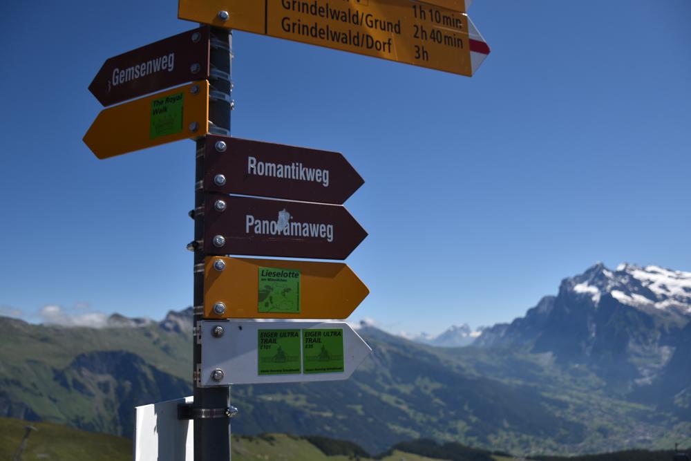 Familienausflug Lieselotteweg Männlichen Grindelwald Berner Oberland Schweiz Wegweiser