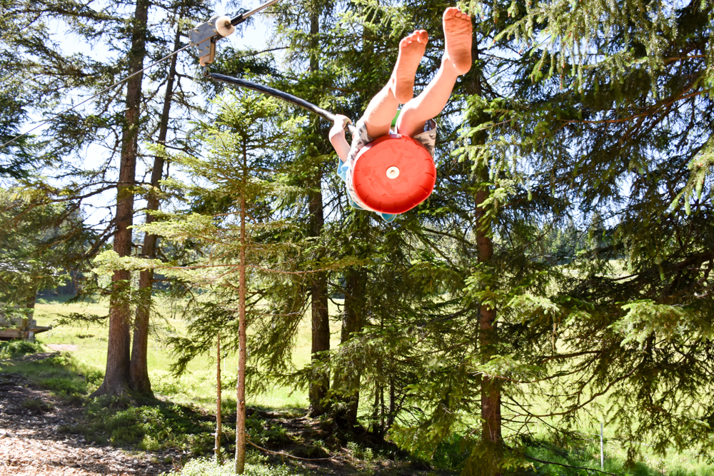 Familienausflug Lieselotteweg Männlichen Grindelwald Berner Oberland Schweiz Zipline auf dem Waldspielplatz
