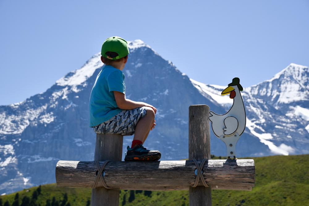 Familienausflug Lieselotteweg Männlichen Grindelwald Berner Oberland Schweiz kleiner Wanderer geniesst die Aussicht