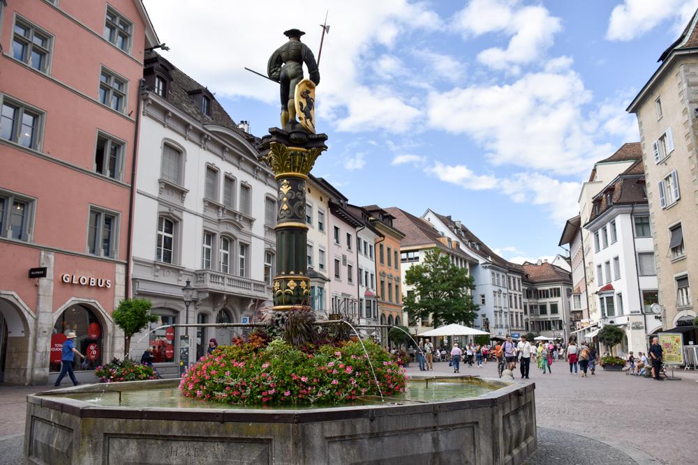 Familienwochenende Schaffhauserland Schweiz Altstadt Schaffhausen mit Brunnen