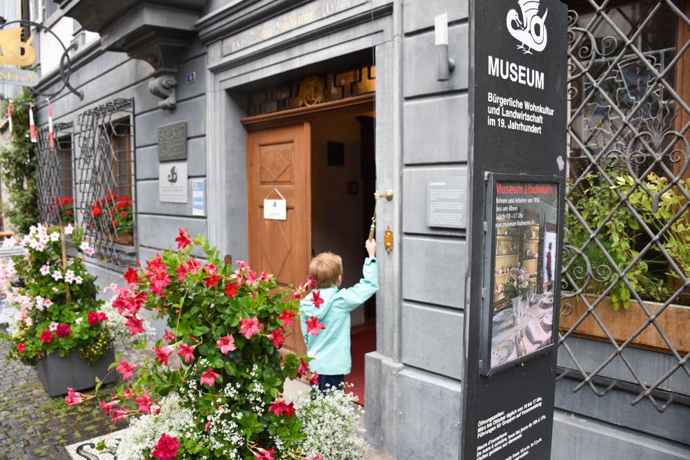 Familienwochenende Schaffhauserland Schweiz Eingang Museum Lindwurm