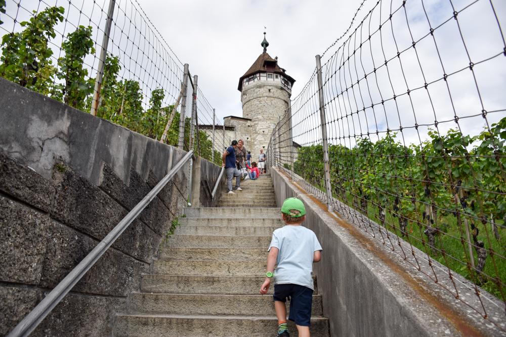 Familienwochenende Schaffhauserland Schweiz der Weg zum Munot