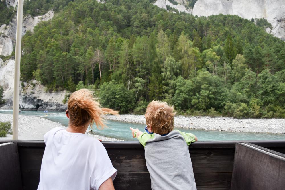Ausflugstipp Wanderung Familie Rheinschlucht Graubünden Schweiz Fahrt im offenen Aussichtswagen