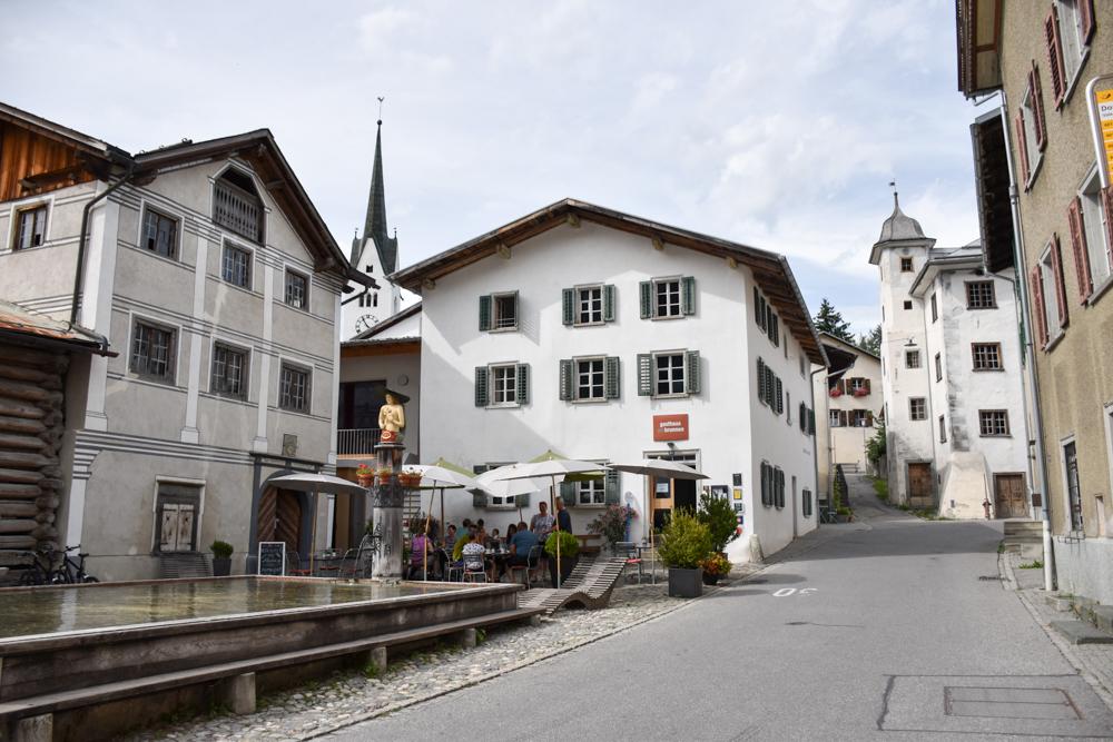 Ausflugstipp Wanderung Familie Rheinschlucht Graubünden Schweiz Holzbrunnen in Valendas