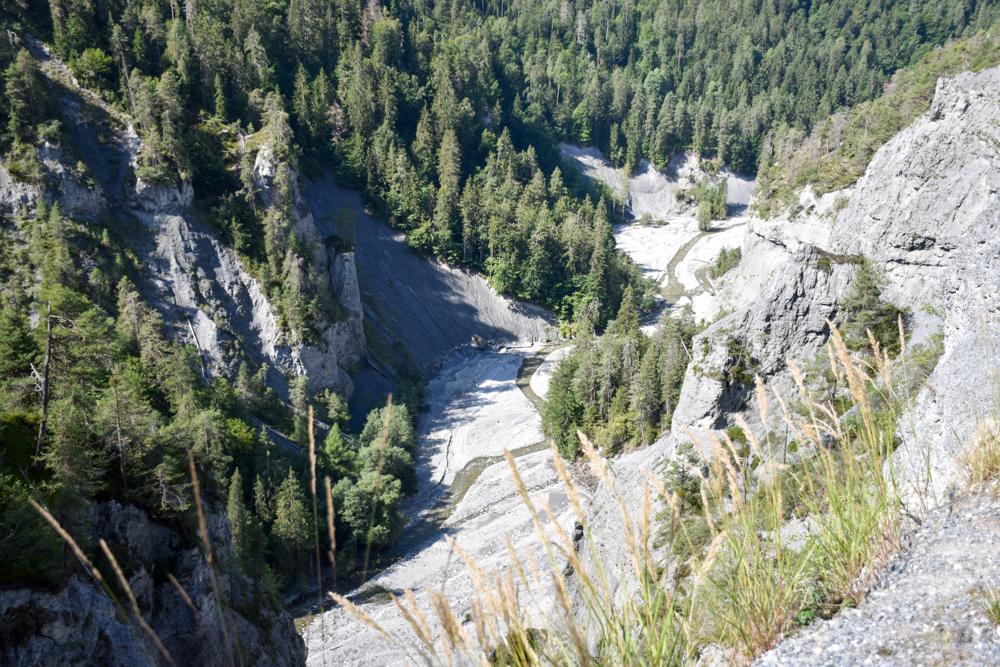 Ausflugstipp Wanderung Familie Rheinschlucht Graubünden Schweiz Blick in die Schlucht