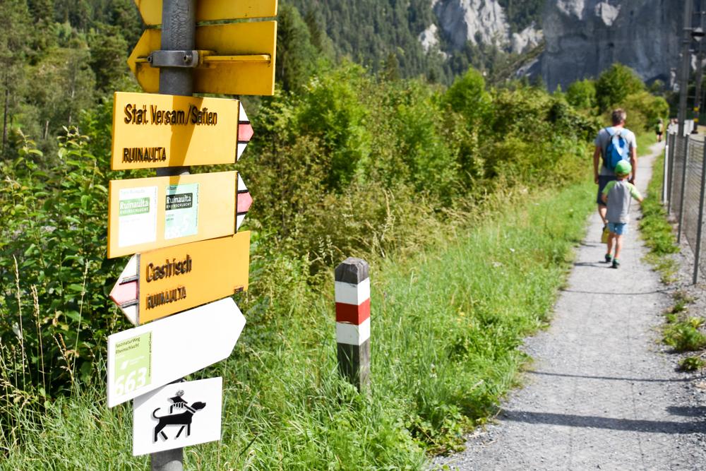 Ausflugstipp Wanderung Familie Rheinschlucht Graubünden Schweiz Start der Wanderung in Valendas