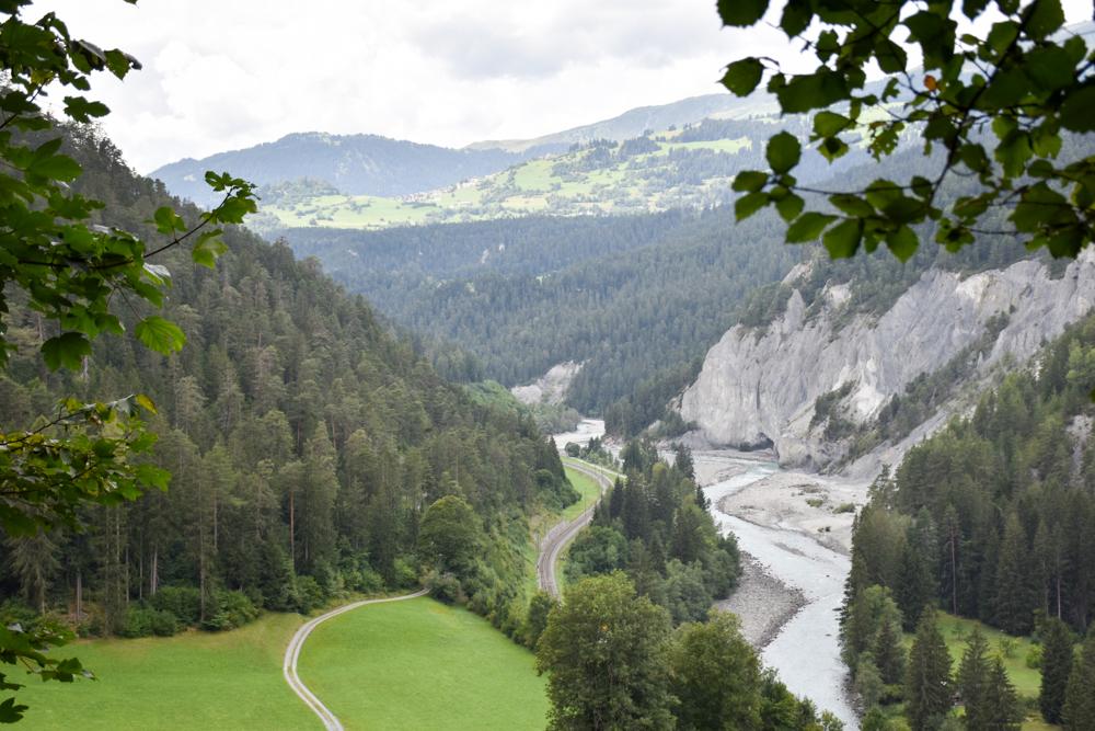 Ausflugstipp Wanderung Familie Rheinschlucht Graubünden Schweiz Aussichtspunkt mit grandioser Sicht