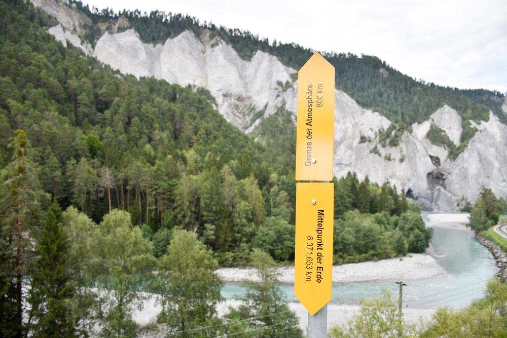 Ausflugstipp Wanderung Familie Rheinschlucht Graubünden Schweiz Mittelpunkt der Erde