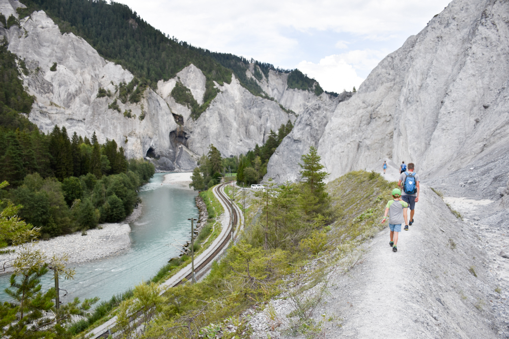 Ausflugstipp Wanderung Familie Rheinschlucht Graubünden Schweiz imposante Kalksteinkulisse
