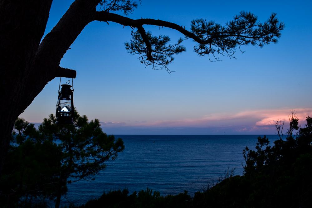 Camper kaufen Reisepläne schmieden beim Sonnenuntergang