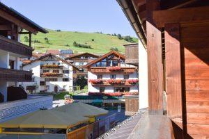 Familienwochenende Serfaus Tirol Österreich Familienhotel Furgler Aussicht Balkon