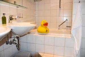 Familienwochenende Serfaus Tirol Österreich Familienhotel Furgler Badezimmer