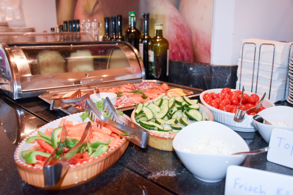 Familienwochenende Serfaus Tirol Österreich Familienhotel Furgler Frühstücksbuffet