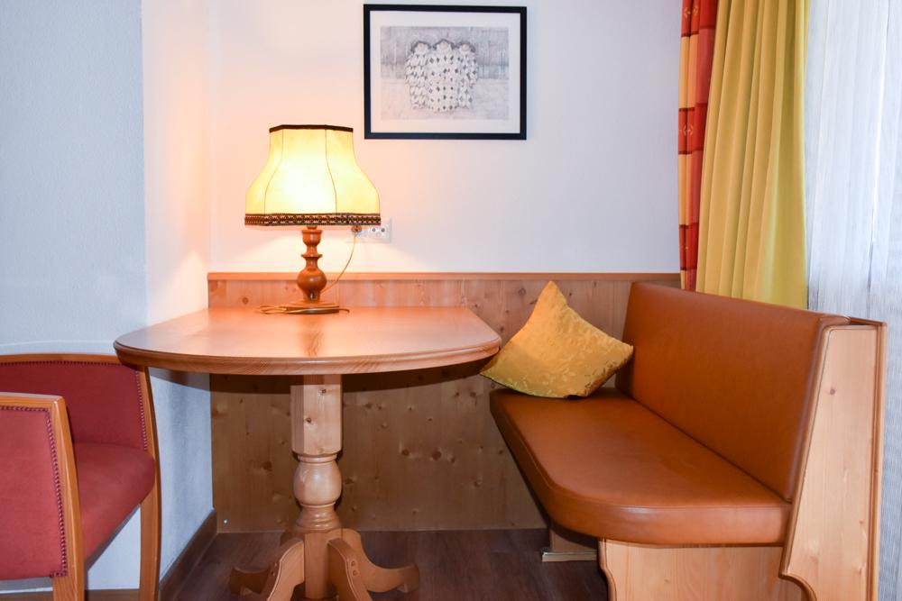 Familienwochenende Serfaus Tirol Österreich Familienhotel Furgler Sitzecke