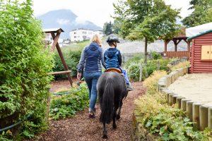 Familienwochenende Serfaus Tirol Österreich Ponyreiten Spielepark Familienhotel Furgler