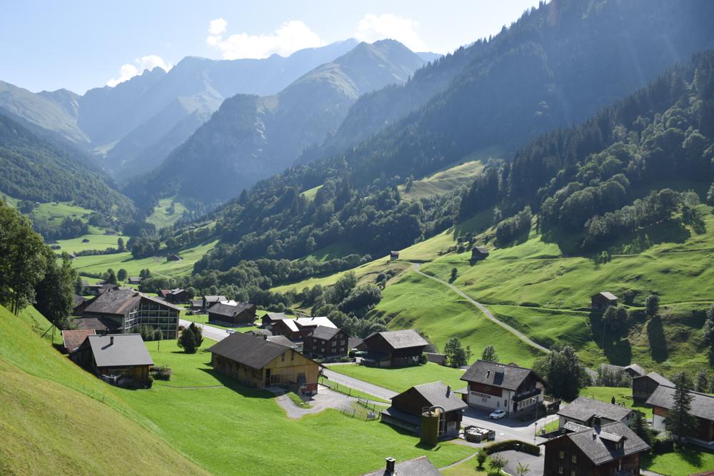 Ausflugstipp Familie Riesenwald Elm Glarus Schweiz Blick von der Sportbahn Elm auf den Ort
