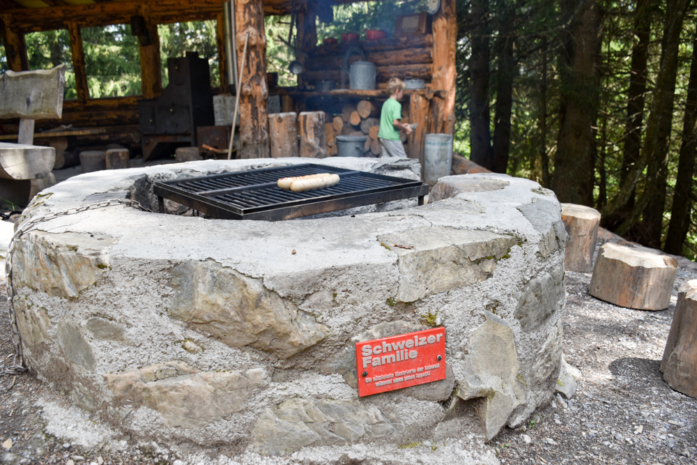 Ausflugstipp Familie Riesenwald Elm Glarus Schweiz Grillstellen in der Riesenküche
