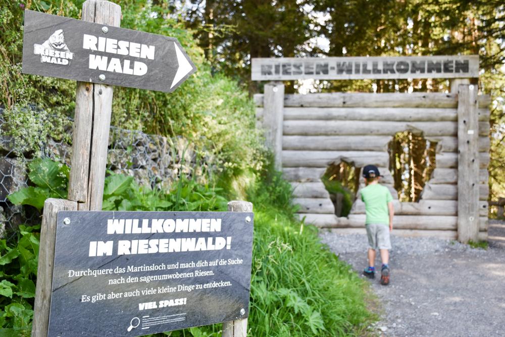 Ausflugstipp Familie Riesenwald Elm Glarus Schweiz durch das Martinsloch auf den Themenweg