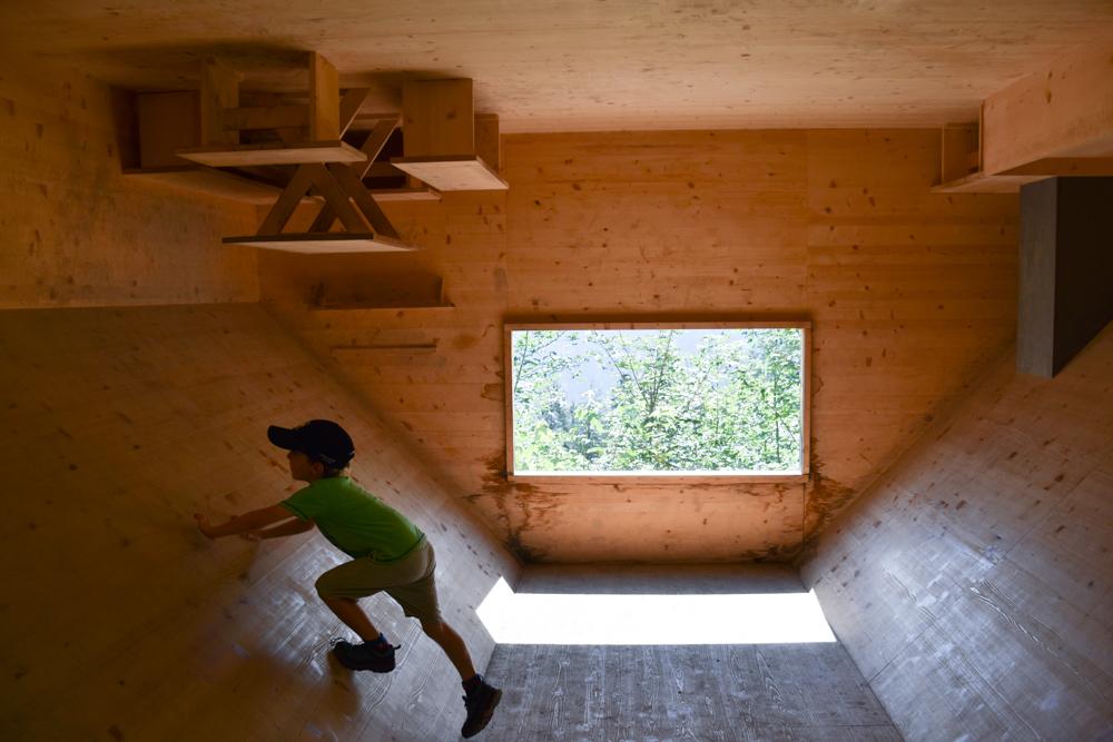 Ausflugstipp Familie Riesenwald Elm Glarus Schweiz umgedrehtes Haus