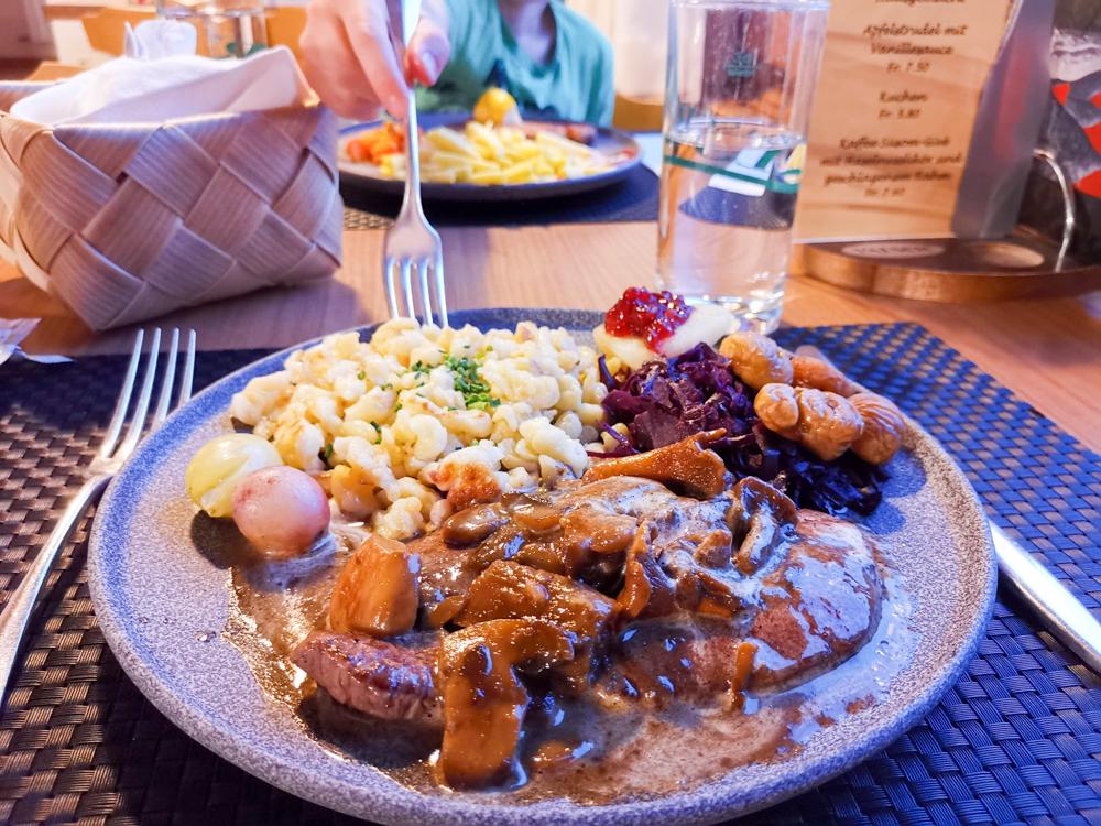 Familienwochenende Schweizerischer Nationalpark Engadin Graubünden Schweiz Abendessen Hotel Süsom Givè