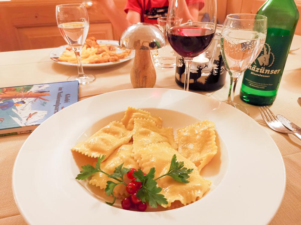 Familienwochenende Schweizerischer Nationalpark Engadin Graubünden Schweiz Abendessen Restaurant Hotel Bär und Post Zernez