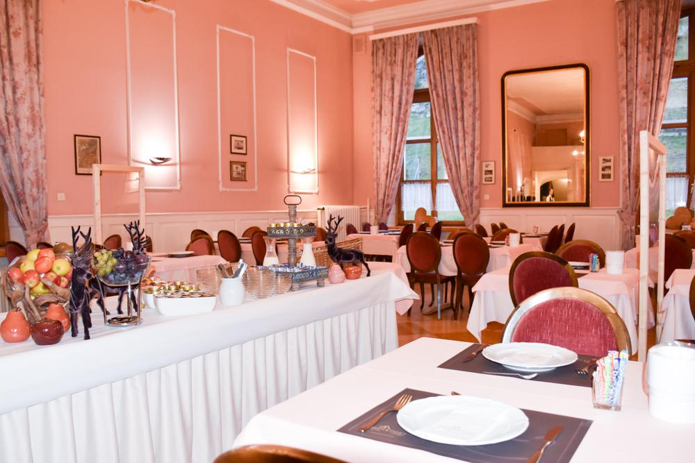 Familienwochenende Schweizerischer Nationalpark Engadin Graubünden Schweiz Frühstücksraum Hotel Bär und Post Zernez