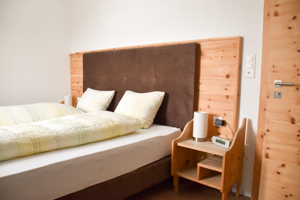 Familienwochenende Schweizerischer Nationalpark Engadin Graubünden Schweiz Schlafzimmer Hotel Süsom Givè Ofenpass
