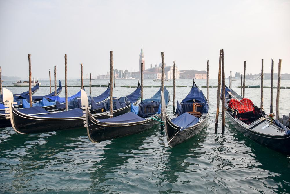 Camper Reise Venedig Italien Gondeln und Blick auf die Isola di San Giorgio Maggiore