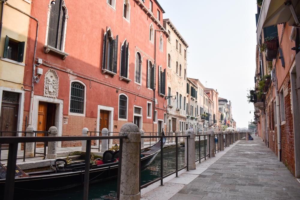 Camper Reise Venedig Italien kleine Kanäle und hübsche Häuser