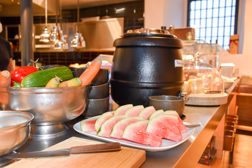 Jugendherberge Schloss Burgdorf Emmental Schweiz Frühstücksbuffet mit Porridge