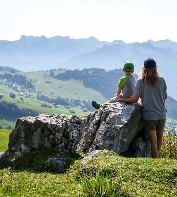 Munggeweg Amden St. Gallen Schweiz Travel Sisi Esther Mattle und Sohn geniessen die Aussicht auf dem Themenweg