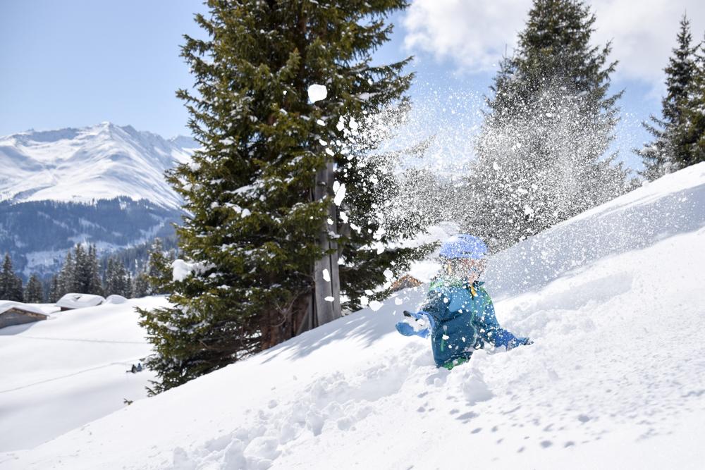Winterferien Disentis Sedrun Graubünden Schweiz Caischavedra Disentis Spielen im Schnee