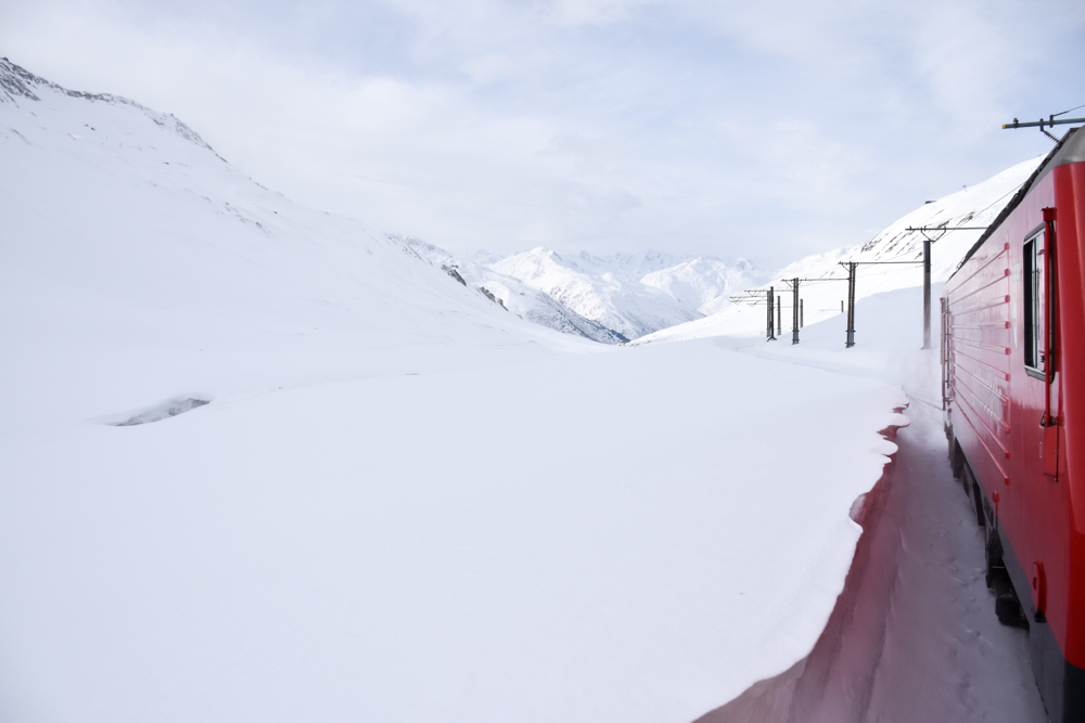 Winterferien Disentis Sedrun Graubünden Schweiz Mit der Matterhorn Gotthard Bahn über den Oberalppass