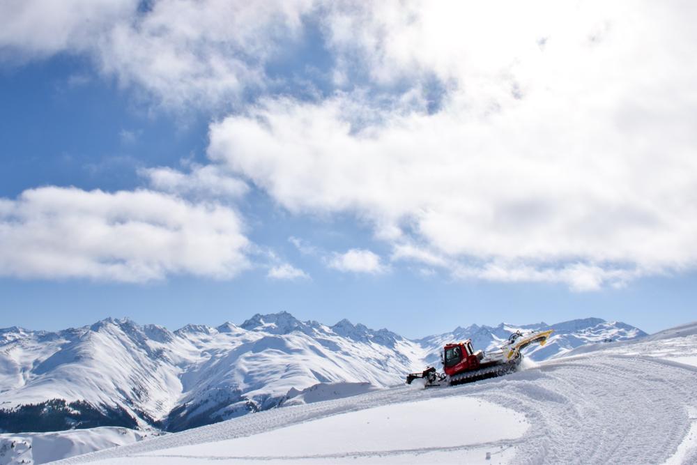 Winterferien Disentis Sedrun Graubünden Schweiz Pistenbully Fahren Disentis Bar Nevada