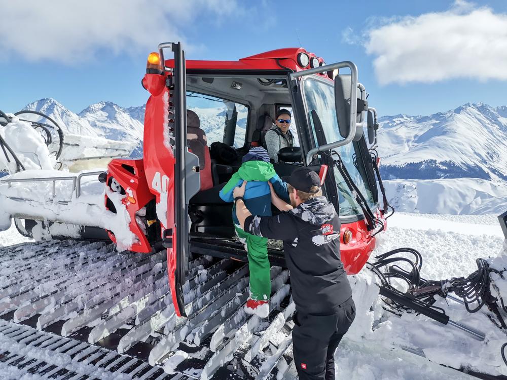 Winterferien Disentis Sedrun Graubünden Schweiz Pistenbullyfahren Power im Schnee Disentis