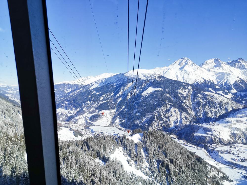 Winterferien Disentis Sedrun Graubünden Schweiz tolle Aussicht bei der Gondelfahrt nach Caischavedra Disentis